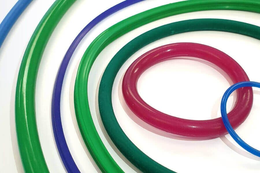 Several sizes of rubber o-rings and vulcanised joined rings.
